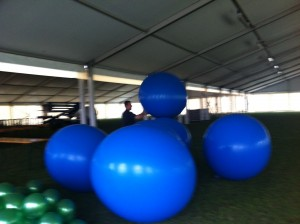 Palloncini personalizzati con il logo blu durante la preparazione