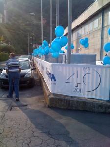 Organizzazione Eventi aziendali, esterno con ciuffi di palloncini azzurri ad elio