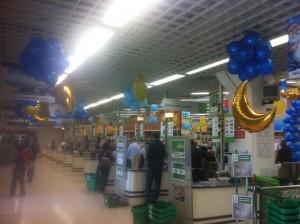 Allestimenti con palloncini e animazioni, nuvole di palloncini blu e palloni dorati a forma di lune e stelle