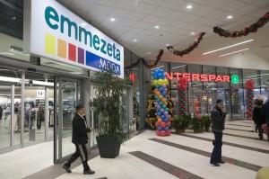 palloncini stampati per allestimento inaugurazione, in secondo piano si vedono delle colonne di palloncini colorati