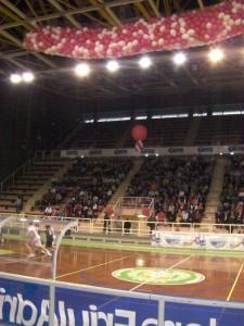 campo da basket e rete di palloncini bianchi e rossi pronta per essere sganciata