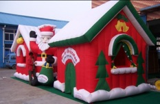 Casetta Di Natale Gonfiabile : Allestimento natalizio nei centri commerciali