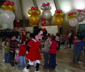 Mascotte di Minnie balla con i bambini durante una Festa aziendale natalizia