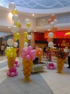 coni gelato di palloncini all'interno di un centro commerciale
