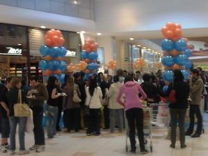 Allestimento a tema con palloncini: colonne di palloncini blu e arancio e nuvolette di palloncini arancio