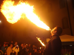 Animazioni in Friuli Venezia Giulia: sputafuoco durante una festa in piazza
