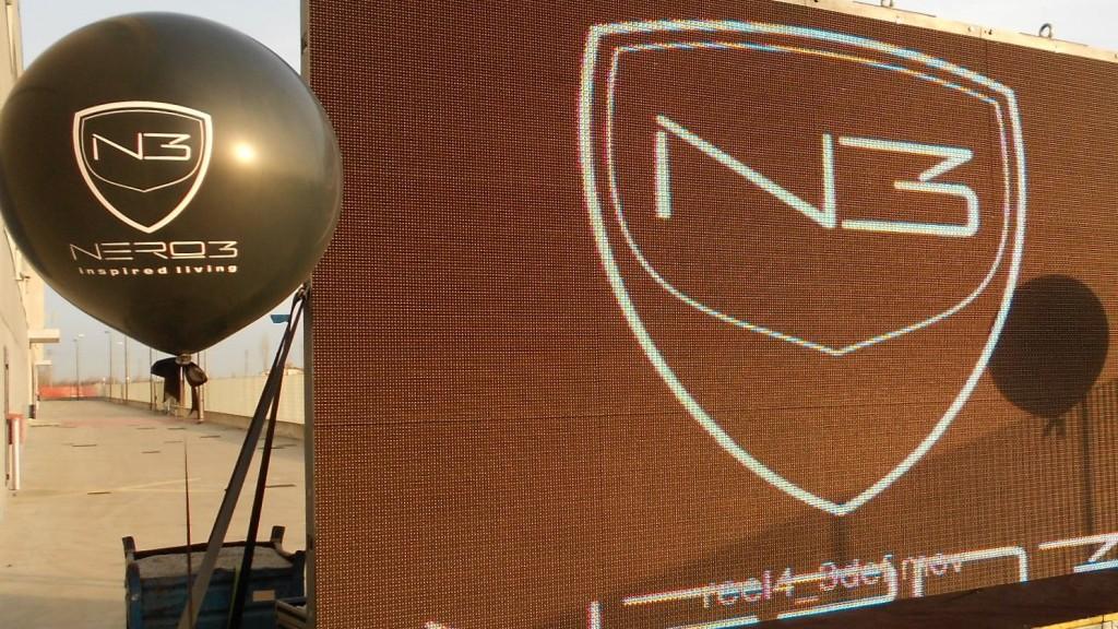 Pallone gigante personalizzato con il logo accanto ad un banner pubblicitario