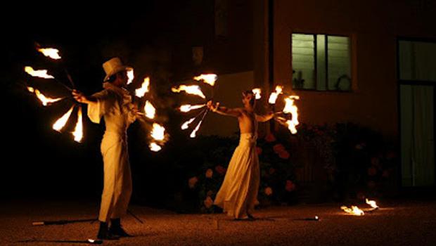 animazioni e spettacoli per matrimoni, due artisti giocano con il fuoco