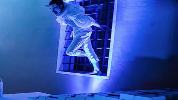 artista vestito di bianco durante una performance teatrale